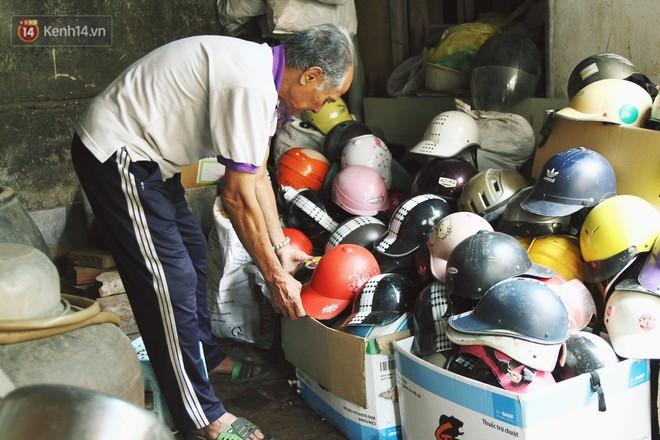 Chuyện về cụ ông Hà Nội phía sau cây cổ thụ treo hàng chục chiếc mũ bảo hiểm sứt mẻ trên đường Trần Hưng Đạo - Ảnh 2.