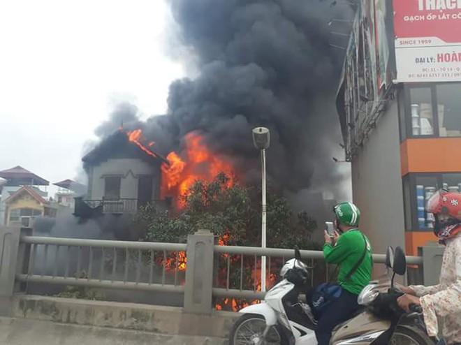 Bà lão 96 tuổi tử vong trong vụ cháy đại lý chăn ga gối đệm dưới chân cầu Vĩnh Tuy - Ảnh 2.