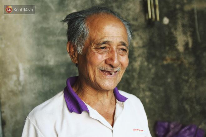 Chuyện về cụ ông Hà Nội phía sau cây cổ thụ treo hàng chục chiếc mũ bảo hiểm sứt mẻ trên đường Trần Hưng Đạo - Ảnh 7.
