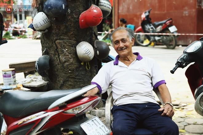 Chuyện về cụ ông Hà Nội phía sau cây cổ thụ treo hàng chục chiếc mũ bảo hiểm sứt mẻ trên đường Trần Hưng Đạo - Ảnh 8.