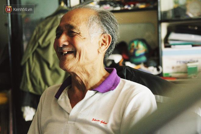 Chuyện về cụ ông Hà Nội phía sau cây cổ thụ treo hàng chục chiếc mũ bảo hiểm sứt mẻ trên đường Trần Hưng Đạo - Ảnh 9.