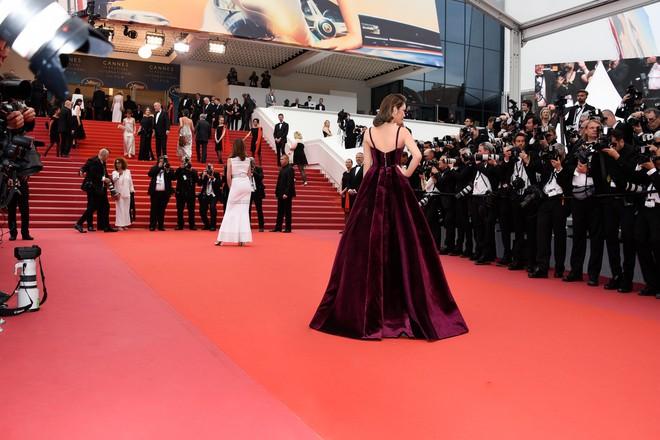 Lý Nhã Kỳ gợi cảm và huyền bí trên thảm đỏ LHP Cannes ngày thứ 3 - Ảnh 1.