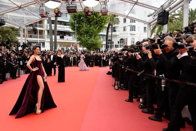 Lý Nhã Kỳ gợi cảm và huyền bí trên thảm đỏ LHP Cannes ngày thứ 3 - Ảnh 2.