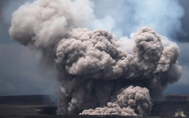 24h qua ảnh: Tro bụi phun trào dữ hội từ núi lửa trên đảo Hawaii - Ảnh 5.