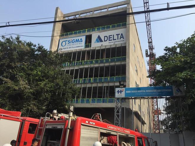 Cháy công trình xây dựng ở Bệnh viện Việt Pháp, hàng chục xe máy hư hỏng - Ảnh 3.