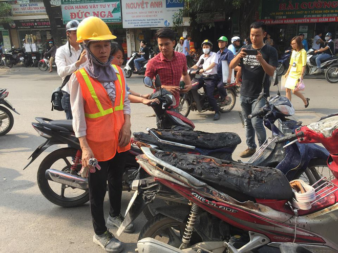 Cháy công trình xây dựng ở Bệnh viện Việt Pháp, hàng chục xe máy hư hỏng - Ảnh 1.