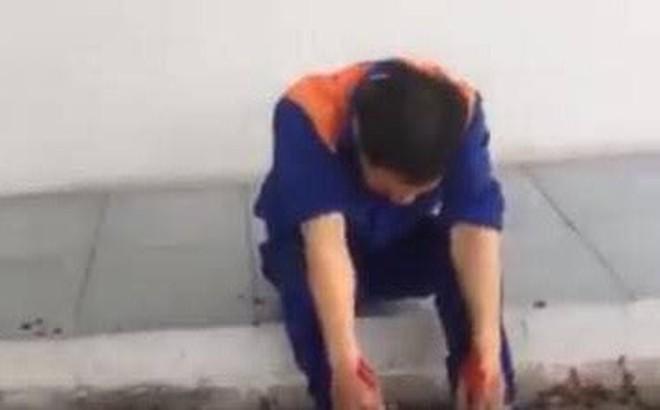Nhân viên cây xăng bị khách hàng đánh khóc nức nở do nghi ngờ bán thiếu