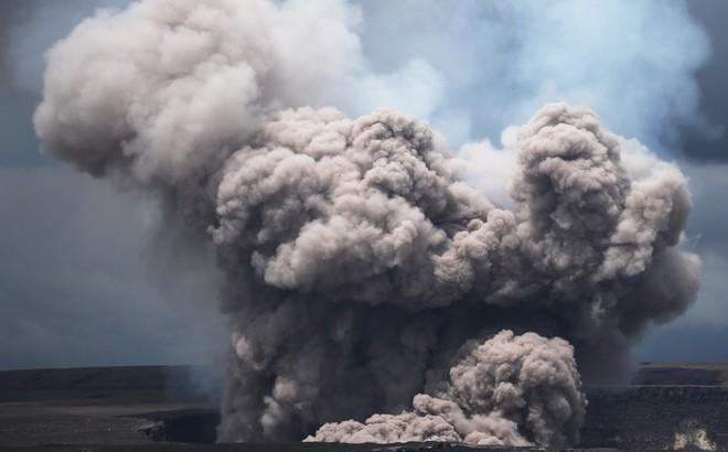 24h qua ảnh: Tro bụi phun trào dữ hội từ núi lửa trên đảo Hawaii