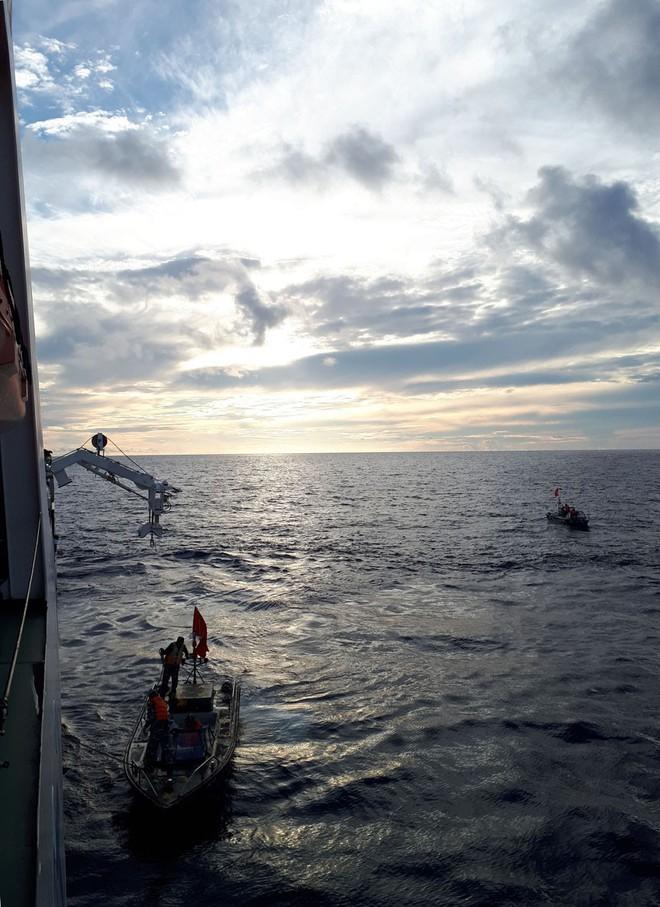 Hải trình 10 năm tới Trường Sa: Hoa vàng trên biển xanh - Ảnh 1.