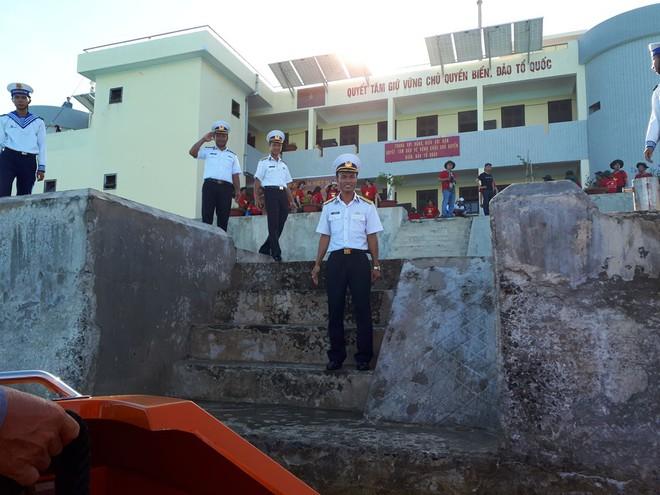 Hải trình 10 năm tới Trường Sa: Hoa vàng trên biển xanh - Ảnh 2.