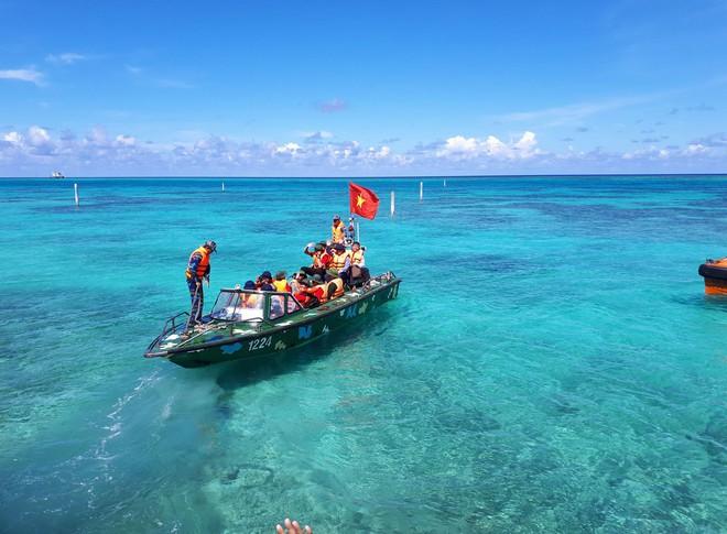 Hải trình 10 năm tới Trường Sa: Hoa vàng trên biển xanh - Ảnh 4.