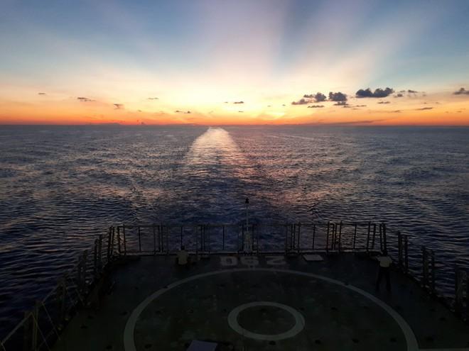Hải trình 10 năm tới Trường Sa: Hoa vàng trên biển xanh - Ảnh 9.