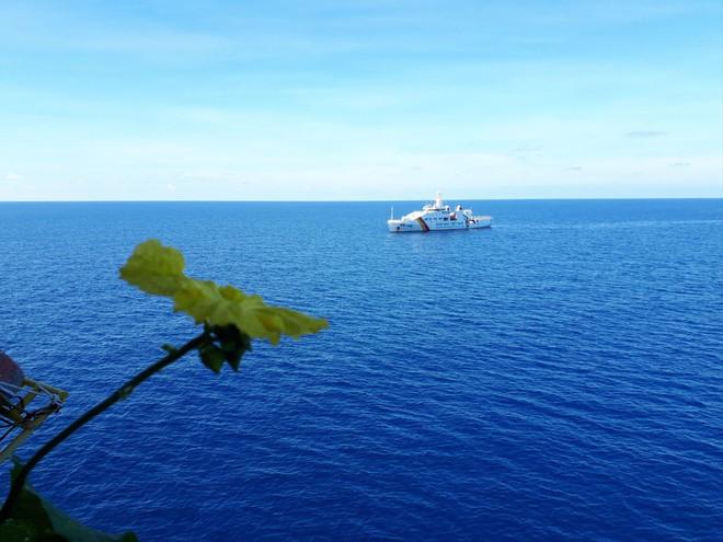 Hải trình 10 năm tới Trường Sa: Hoa vàng trên biển xanh - Ảnh 13.