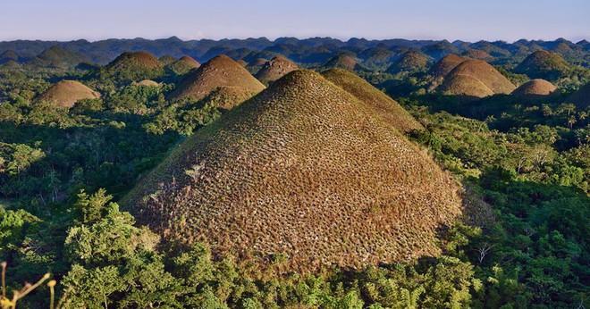 Những ngọn đồi chocolate siêu lạ ở Philippines - Ảnh 2.