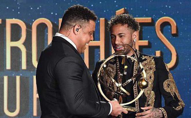 """Neymar """"lên đồ"""" như sao điện ảnh, nhận giải thưởng từ tay Ronaldo """"béo"""""""