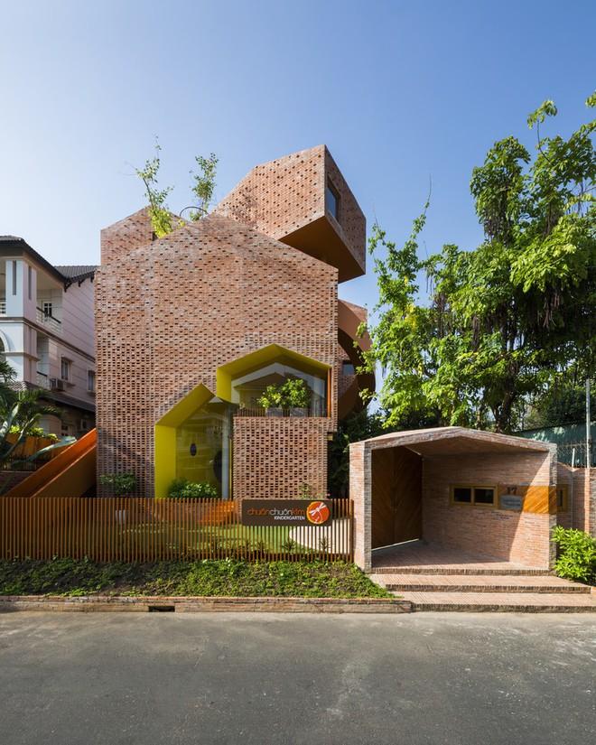 Nhìn bên ngoài là bức tường gạch trần trụi nhưng bên trong là cả một kiệt tác kiến trúc - Ảnh 1.
