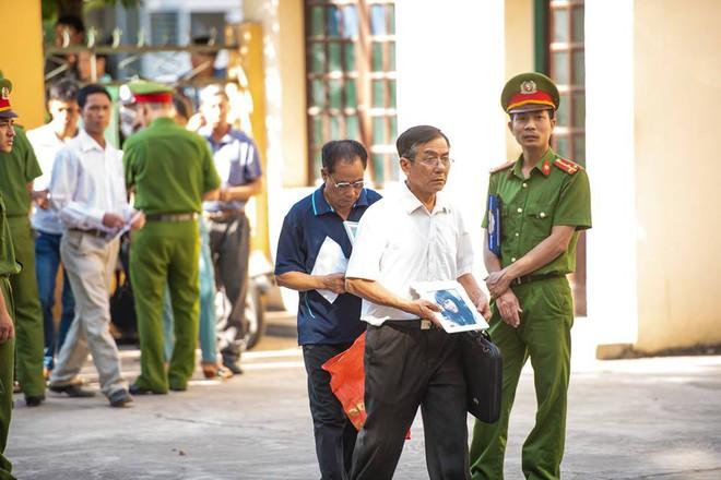 Xét xử bác sĩ Hoàng Công Lương trong vụ 8 bệnh nhân chạy thận tử vong - Ảnh 4.