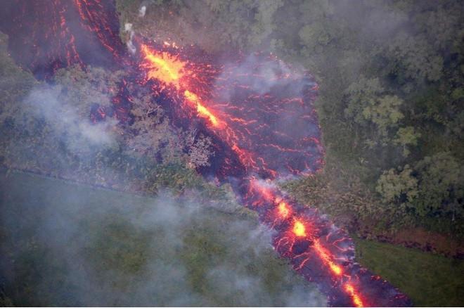 Cổng địa ngục khổng lồ bắn ra bom dung nham tung tóe ở Hawaii - Ảnh 4.
