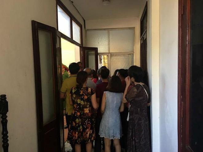 """Xét xử BS Lương: Người nhà đứng ngồi la liệt, đòi """"xử"""" ông Trương Quý Dương - Ảnh 3."""