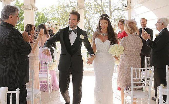 Fabregas kết hôn với người đẹp hơn 12 tuổi, trong lễ cưới ngập màu trắng như cổ tích