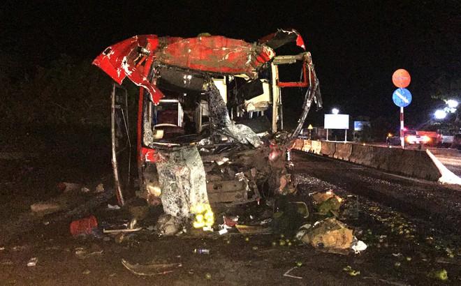 Ô tô giường nằm tông xe đầu kéo đang vào quán cơm, 12 người bị thương