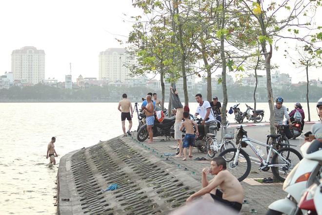 Nhiều người đưa chó cưng ra Hồ Tây cùng tắm để giải nhiệt ngày nắng nóng - Ảnh 2.