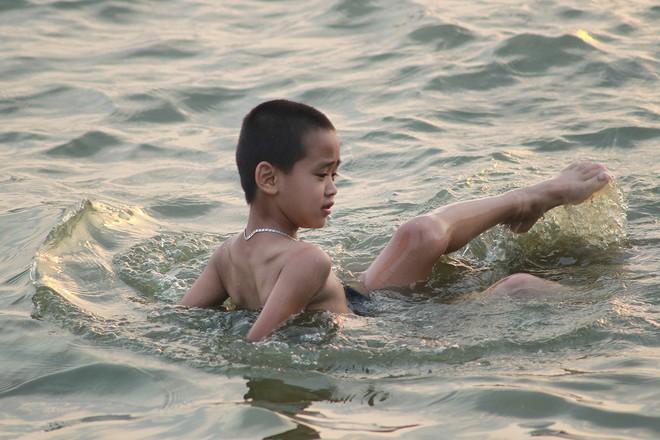 Nhiều người đưa chó cưng ra Hồ Tây cùng tắm để giải nhiệt ngày nắng nóng - Ảnh 14.