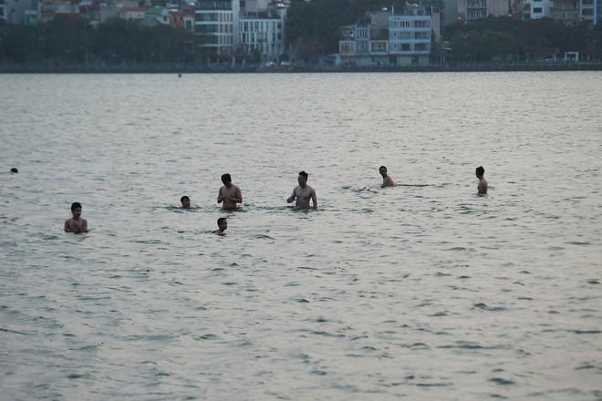 Nhiều người đưa chó cưng ra Hồ Tây cùng tắm để giải nhiệt ngày nắng nóng - Ảnh 25.