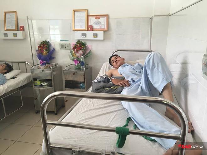 2 nam sinh trọng thương khi bắt cướp ở Sài Gòn: Chỉ biết khóc khi nhìn thấy di ảnh các anh qua điện thoại - Ảnh 2.
