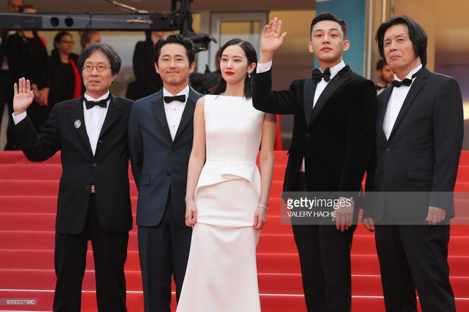 Thảm đỏ LHP Cannes: Huỳnh Hiểu Minh kém sắc, Yoo Ah In bảnh bao xuất hiện cùng dàn siêu mẫu xinh đẹp - Ảnh 7.