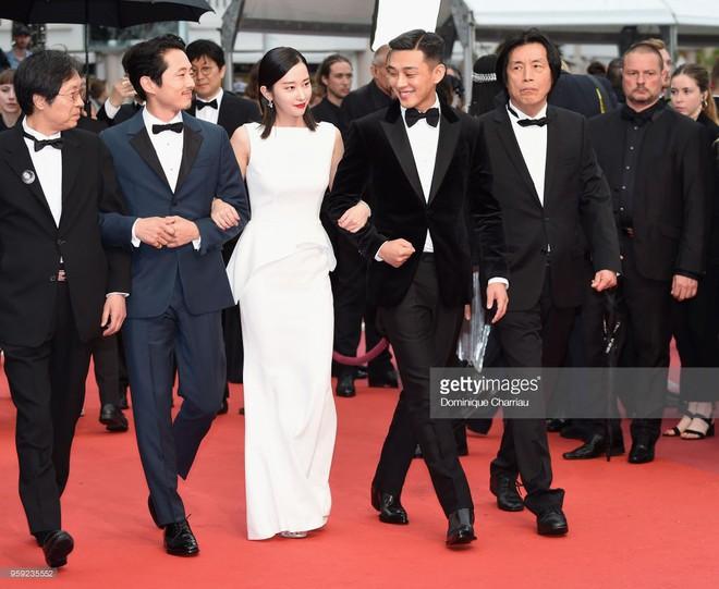 Thảm đỏ LHP Cannes: Huỳnh Hiểu Minh kém sắc, Yoo Ah In bảnh bao xuất hiện cùng dàn siêu mẫu xinh đẹp - Ảnh 8.