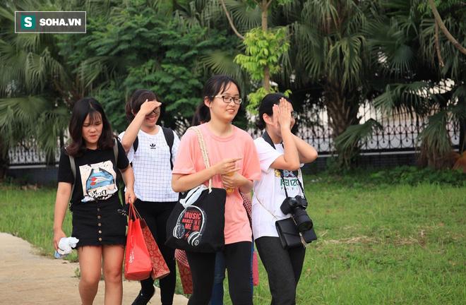 Đình Trọng, Quang Hải tươi cười ăn dưa hấu do fan nữ tặng sau buổi tập - Ảnh 2.