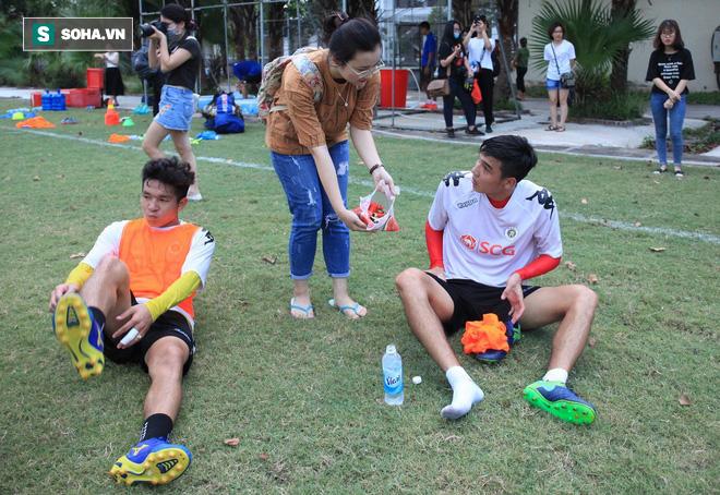 Đình Trọng, Quang Hải tươi cười ăn dưa hấu do fan nữ tặng sau buổi tập - Ảnh 3.