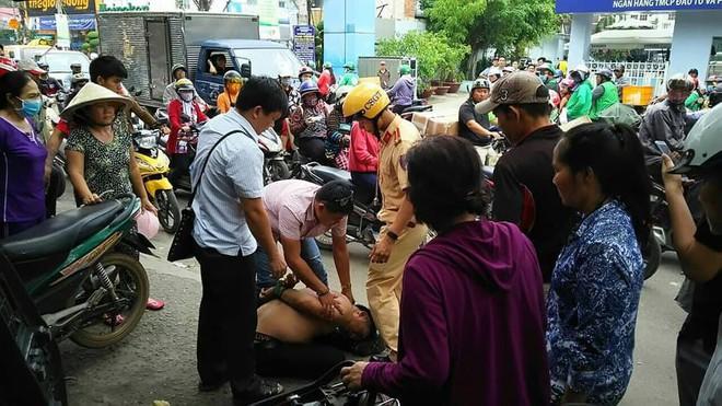 CSGT cùng người dân vây bắt kẻ trộm xe trên đường phố Sài Gòn - Ảnh 1.