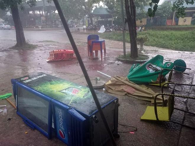 Tàu du lịch gặp lốc xoáy bị lật úp, hàng chục khách rơi xuống sông - Ảnh 2.
