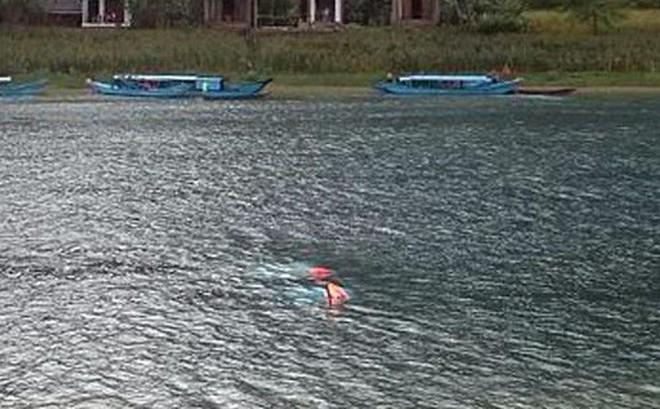 Tàu du lịch gặp lốc xoáy bị lật úp, hàng chục khách rơi xuống sông