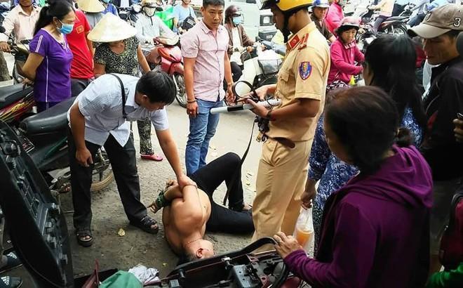 CSGT cùng người dân vây bắt kẻ trộm xe trên đường phố Sài Gòn