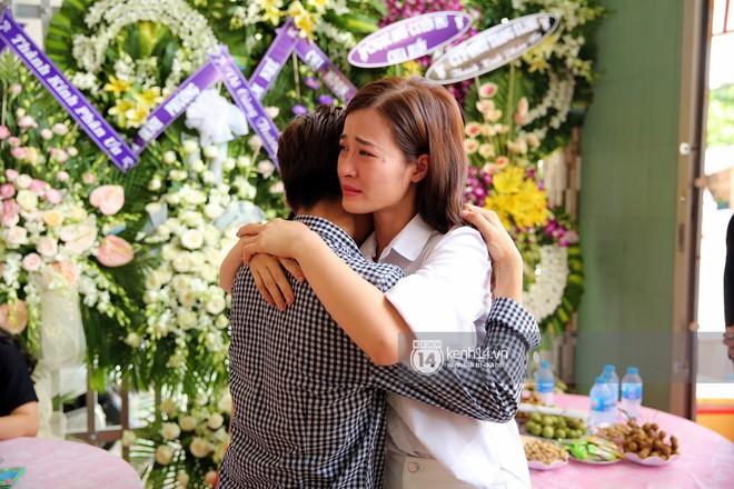 Đông Nhi khóc nghẹn trong đám tang của stylist Mì Gói tại quê nhà Tiền Giang - Ảnh 1.