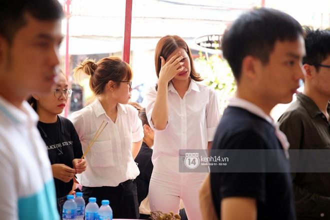 Đông Nhi khóc nghẹn trong đám tang của stylist Mì Gói tại quê nhà Tiền Giang - Ảnh 2.