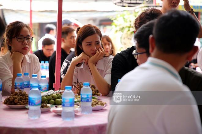 Đông Nhi khóc nghẹn trong đám tang của stylist Mì Gói tại quê nhà Tiền Giang - Ảnh 3.