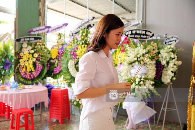 Đông Nhi khóc nghẹn trong đám tang của stylist Mì Gói tại quê nhà Tiền Giang - Ảnh 4.