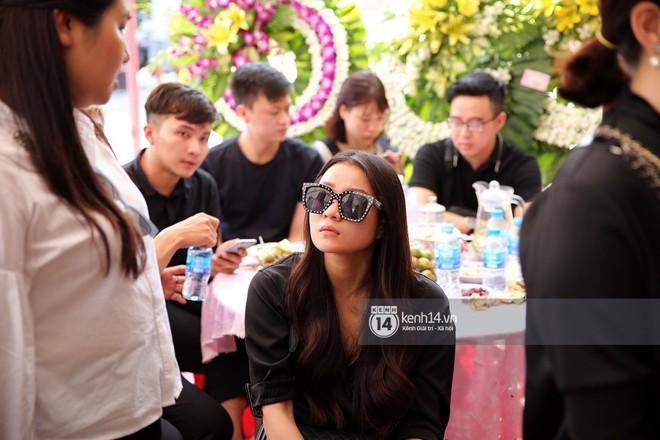 Đông Nhi khóc nghẹn trong đám tang của stylist Mì Gói tại quê nhà Tiền Giang - Ảnh 5.