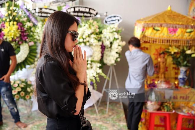 Đông Nhi khóc nghẹn trong đám tang của stylist Mì Gói tại quê nhà Tiền Giang - Ảnh 6.