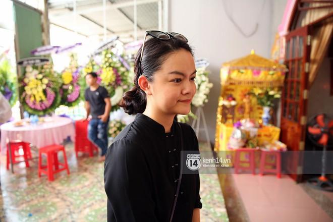 Đông Nhi khóc nghẹn trong đám tang của stylist Mì Gói tại quê nhà Tiền Giang - Ảnh 7.