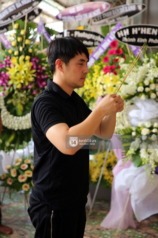 Đông Nhi khóc nghẹn trong đám tang của stylist Mì Gói tại quê nhà Tiền Giang - Ảnh 8.