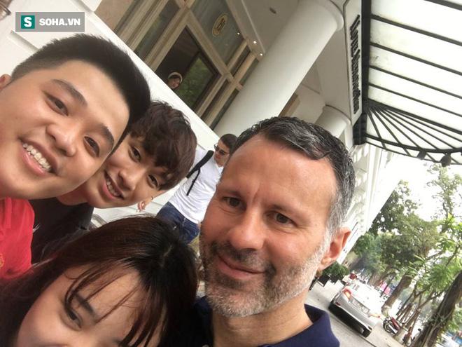 Ryan Giggs bất ngờ trở lại Việt Nam, tươi cười chụp ảnh cùng fan - Ảnh 2.