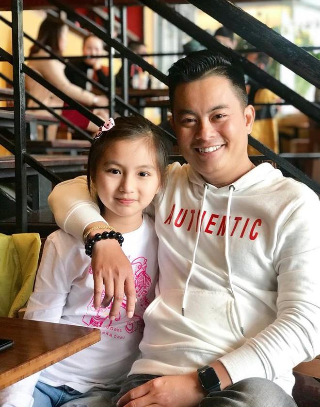 Bố khoe ảnh chụp chân dung, nhưng ảnh hậu trường của con gái 9 tuổi mới là điều gây chú ý - Ảnh 7.