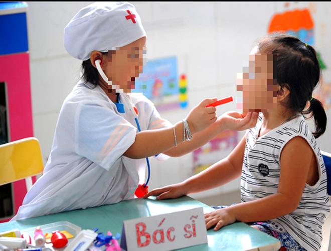 Chơi trò bác sĩ - bệnh nhân, 2 bé gặp nguy vì uống nhầm thuốc - Ảnh 1.