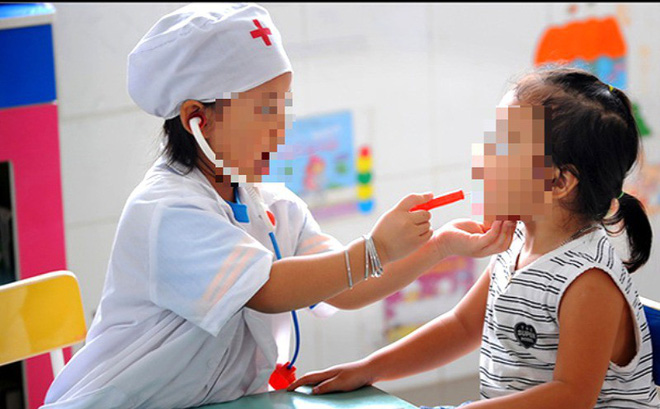 Chơi trò bác sĩ - bệnh nhân, 2 bé gặp nguy vì uống nhầm thuốc