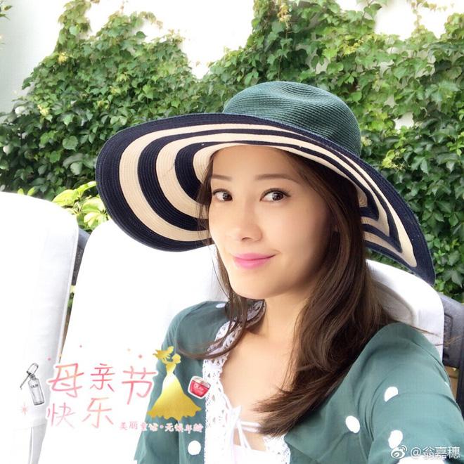 Hoa hậu Hồng Kông 1997 khoe món phở gà, đội nón lá dạo biển Đà Nẵng - Ảnh 1.